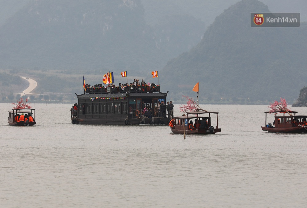 Du khách, phật tử chen nhau lên thuyền và xe điện, gây tình cảnh hỗn loạn và quá tải ở ngôi chùa lớn nhất thế giới tại Việt Nam - Ảnh 14.
