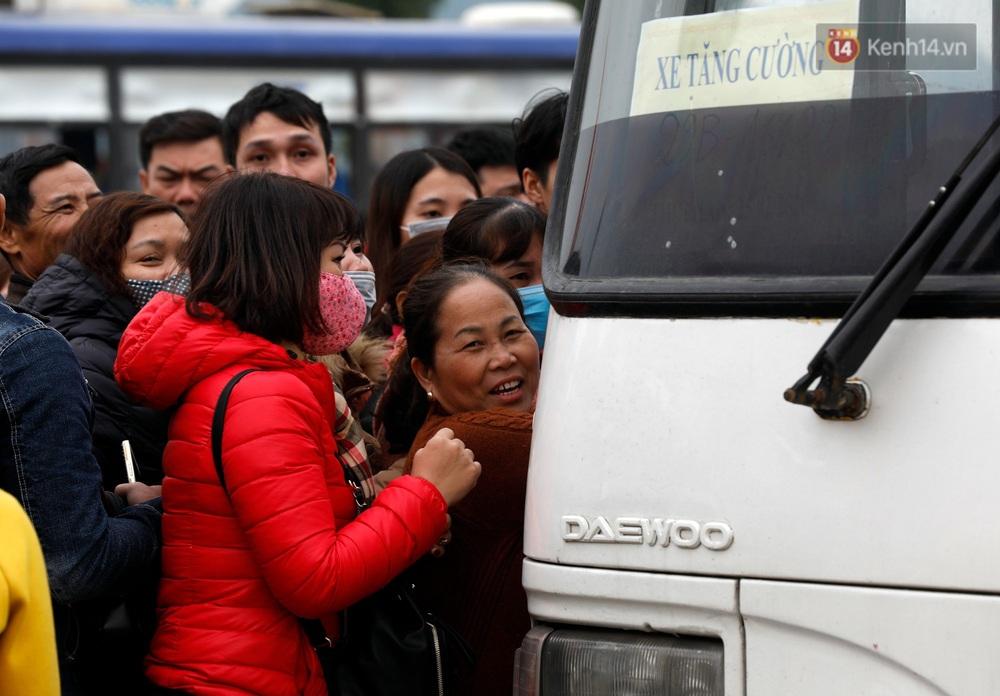 Du khách, phật tử chen nhau lên thuyền và xe điện, gây tình cảnh hỗn loạn và quá tải ở ngôi chùa lớn nhất thế giới tại Việt Nam - Ảnh 18.