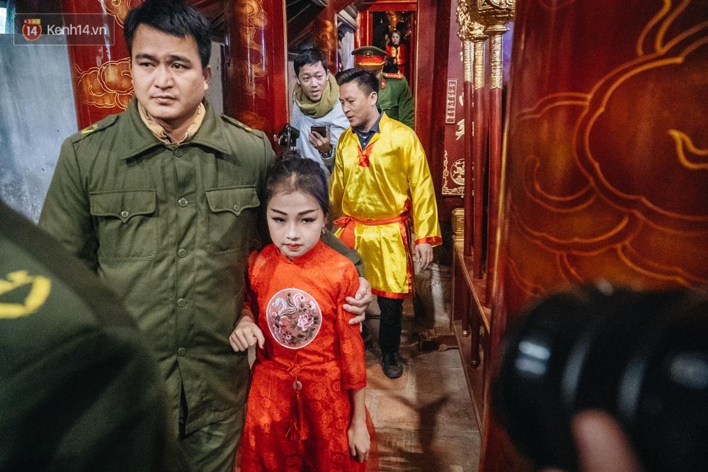 Hà Nội: Tướng bà 10 tuổi được rước bằng kiệu, bảo vệ nghiêm ngặt tránh bị bắt cóc - Ảnh 12.