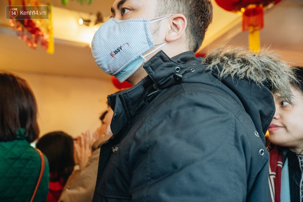 Trước diễn biến phức tạp của virus Corona, dân công sở đeo khẩu trang khấn vái bên trong Phủ Tây Hồ - Ảnh 16.