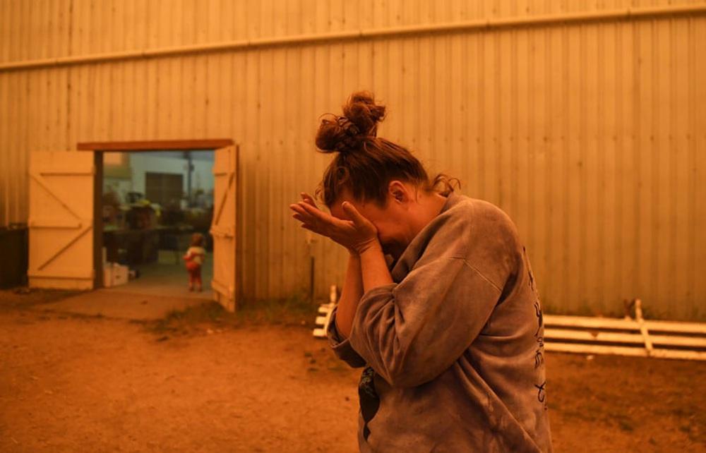 Một ngày cuối tuần chiến đấu với cháy rừng ở Úc: Khung cảnh hoang tàn trong lửa đỏ, cả con người và động vật đều phải xót xa đến rơi nước mắt - Ảnh 12.