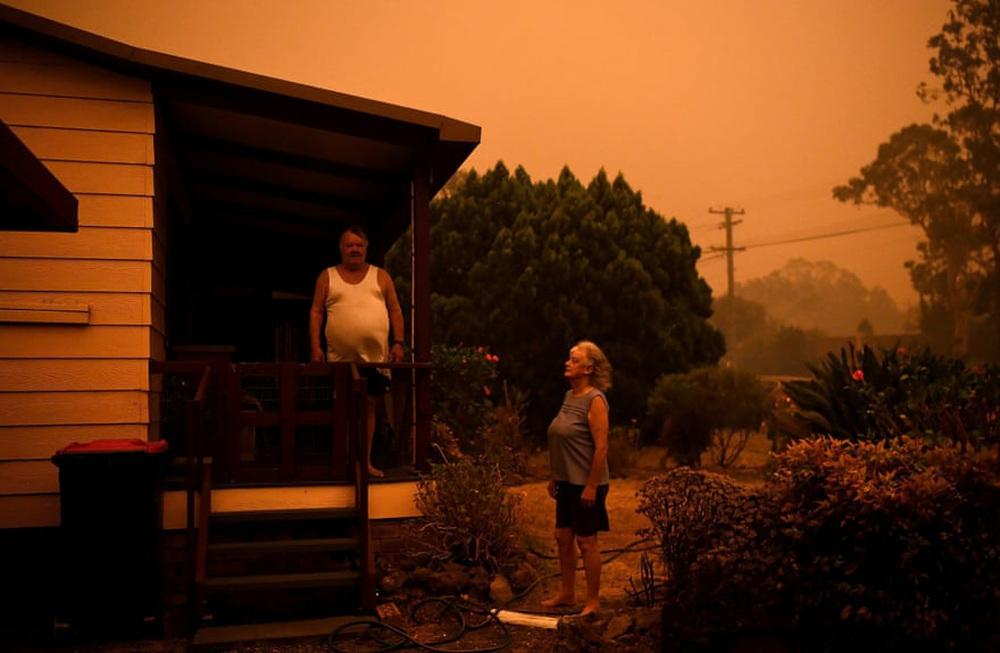 Một ngày cuối tuần chiến đấu với cháy rừng ở Úc: Khung cảnh hoang tàn trong lửa đỏ, cả con người và động vật đều phải xót xa đến rơi nước mắt - Ảnh 5.