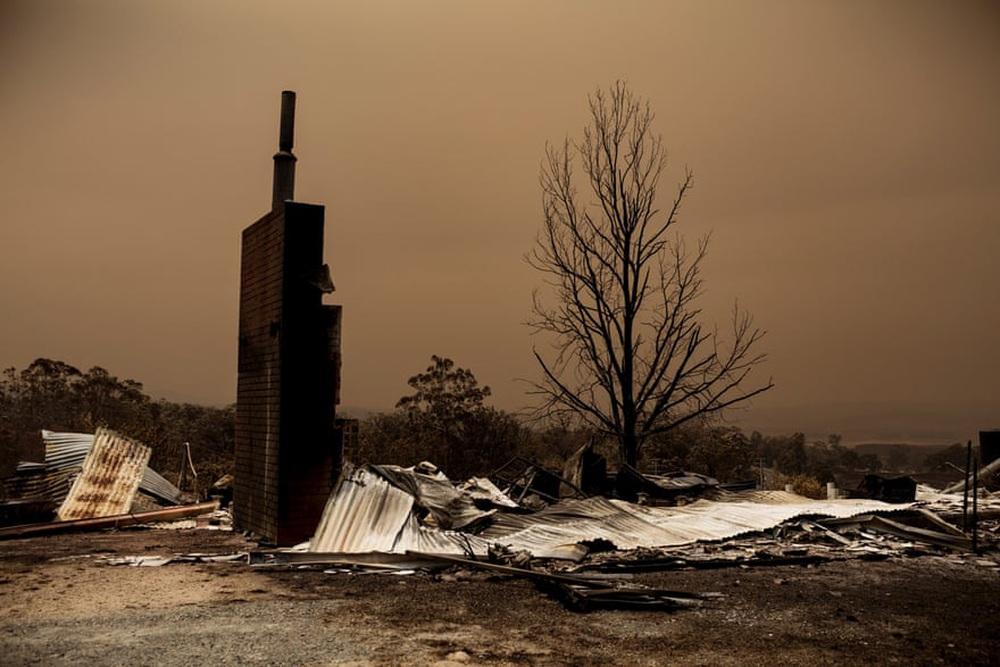 Một ngày cuối tuần chiến đấu với cháy rừng ở Úc: Khung cảnh hoang tàn trong lửa đỏ, cả con người và động vật đều phải xót xa đến rơi nước mắt - Ảnh 11.