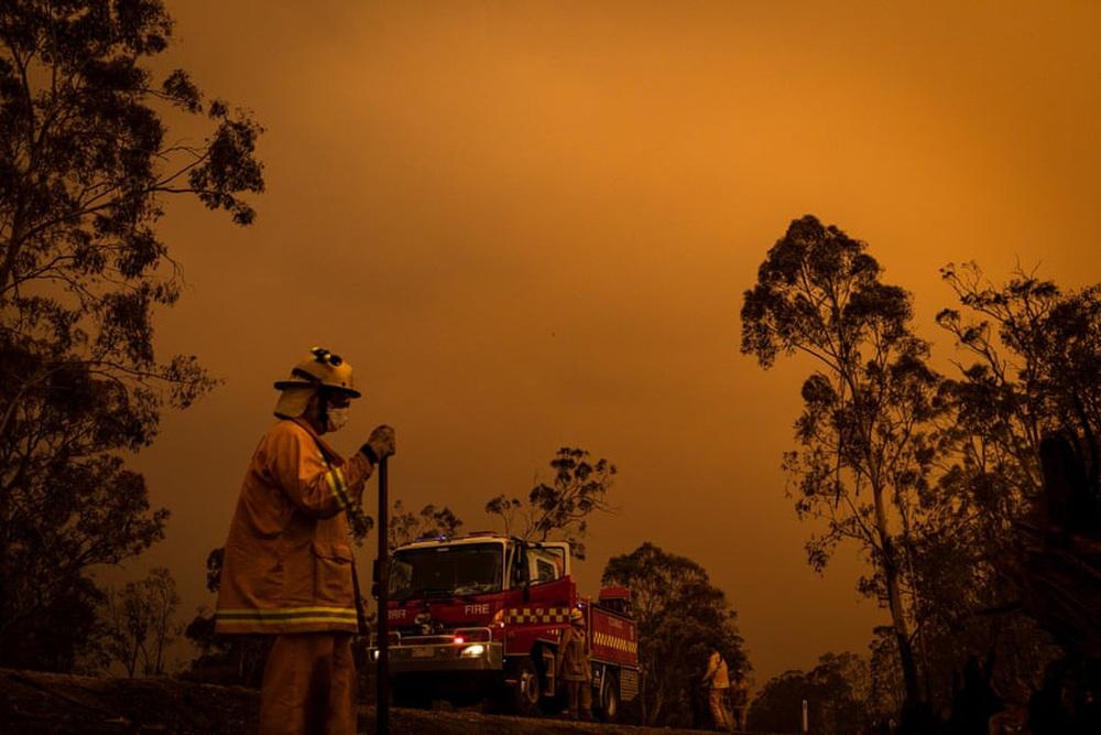 Một ngày cuối tuần chiến đấu với cháy rừng ở Úc: Khung cảnh hoang tàn trong lửa đỏ, cả con người và động vật đều phải xót xa đến rơi nước mắt - Ảnh 18.