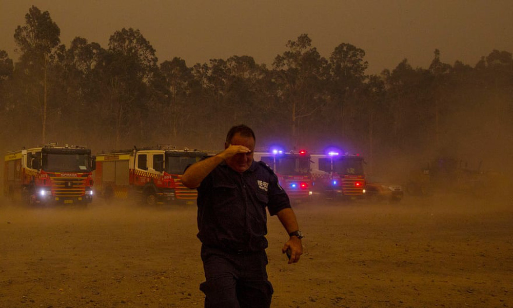 Một ngày cuối tuần chiến đấu với cháy rừng ở Úc: Khung cảnh hoang tàn trong lửa đỏ, cả con người và động vật đều phải xót xa đến rơi nước mắt - Ảnh 9.