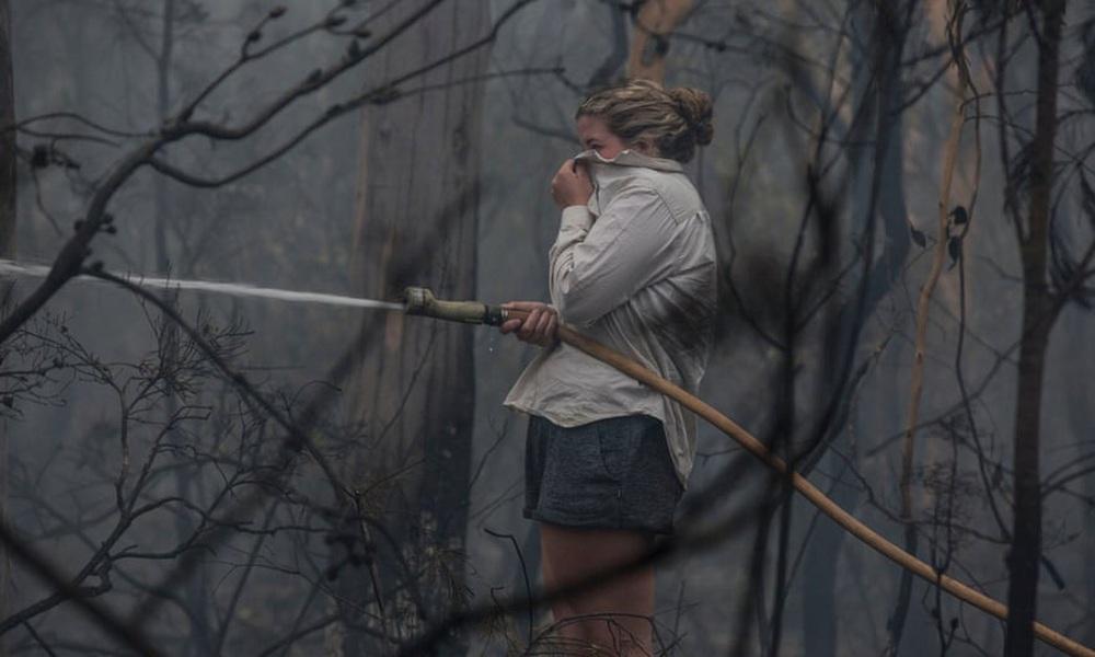 Một ngày cuối tuần chiến đấu với cháy rừng ở Úc: Khung cảnh hoang tàn trong lửa đỏ, cả con người và động vật đều phải xót xa đến rơi nước mắt - Ảnh 4.
