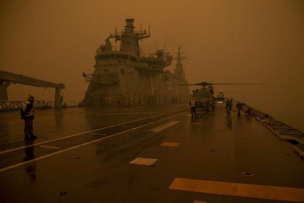 Một ngày cuối tuần chiến đấu với cháy rừng ở Úc: Khung cảnh hoang tàn trong lửa đỏ, cả con người và động vật đều phải xót xa đến rơi nước mắt - Ảnh 22.