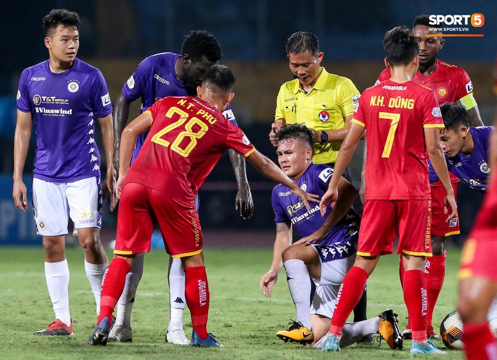 Quang Hải đang đi bóng hay thì bị đồng đội phá đám và cái kết không nhìn mặt nhau - Ảnh 7.