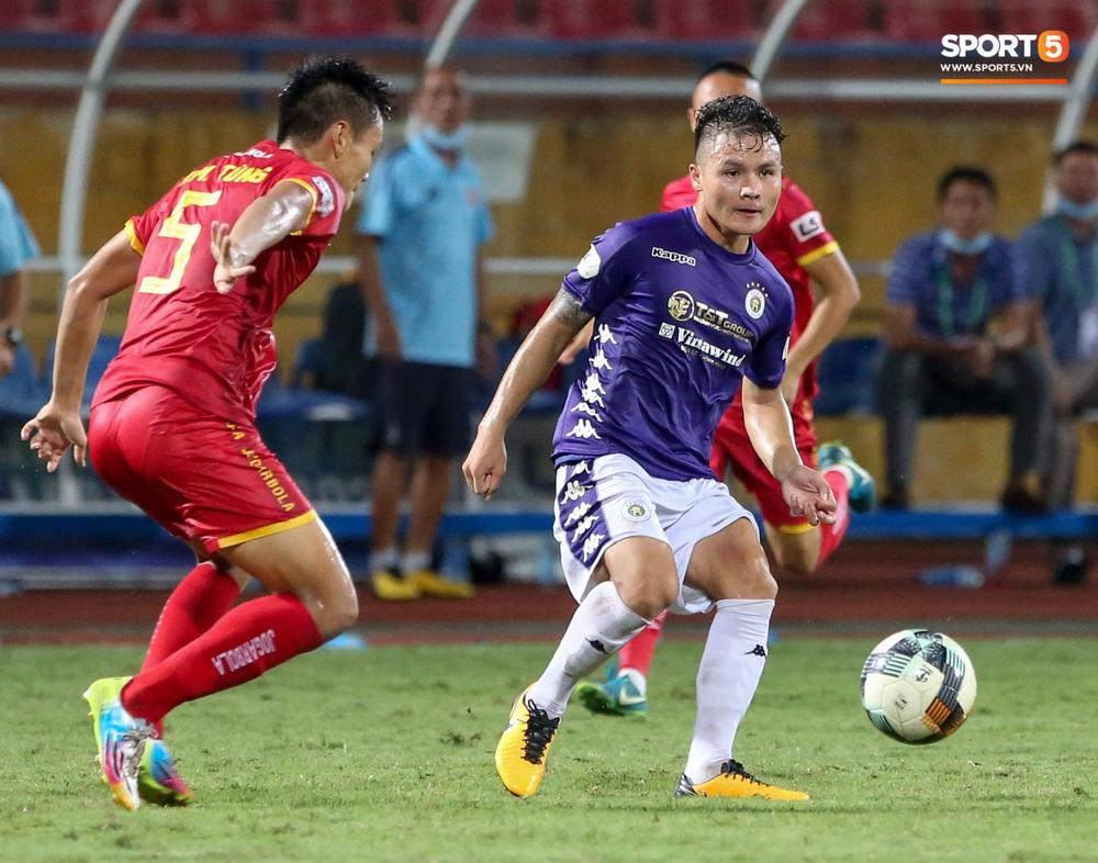 Quang Hải đang đi bóng hay thì bị đồng đội phá đám và cái kết không nhìn mặt nhau - Ảnh 5.