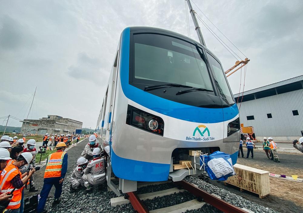 Ảnh: Cận cảnh lắp ráp tàu Metro số 1 vào đường ray tạm ở Sài Gòn - Ảnh 13.