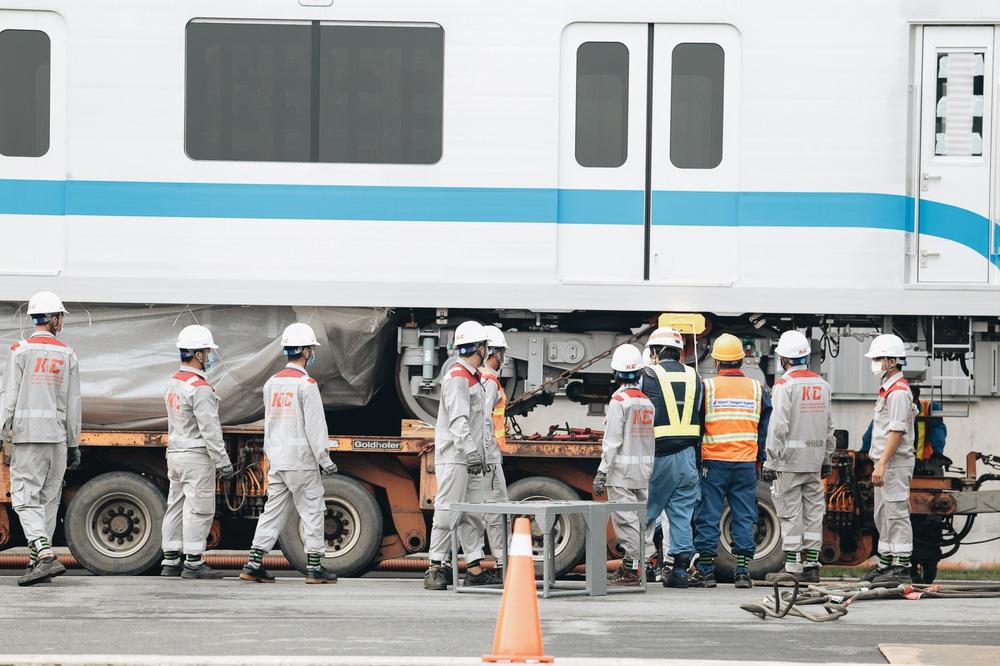 Ảnh: Cận cảnh lắp ráp tàu Metro số 1 vào đường ray tạm ở Sài Gòn - Ảnh 4.