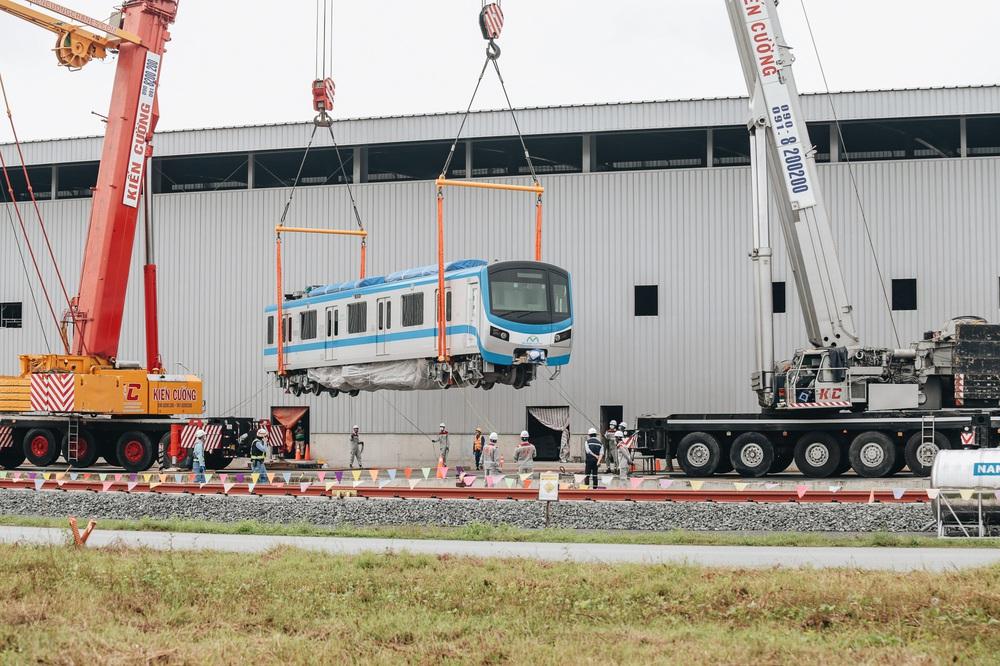 Ảnh: Cận cảnh lắp ráp tàu Metro số 1 vào đường ray tạm ở Sài Gòn - Ảnh 6.
