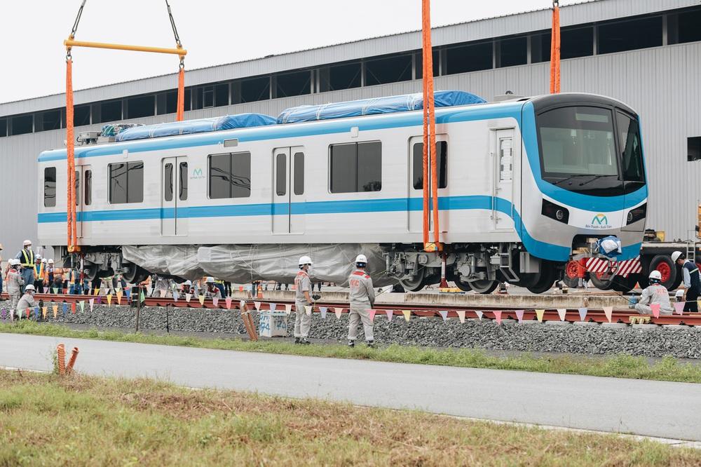 Ảnh: Cận cảnh lắp ráp tàu Metro số 1 vào đường ray tạm ở Sài Gòn - Ảnh 8.
