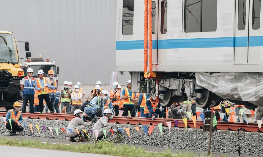 Ảnh: Cận cảnh lắp ráp tàu Metro số 1 vào đường ray tạm ở Sài Gòn - Ảnh 9.