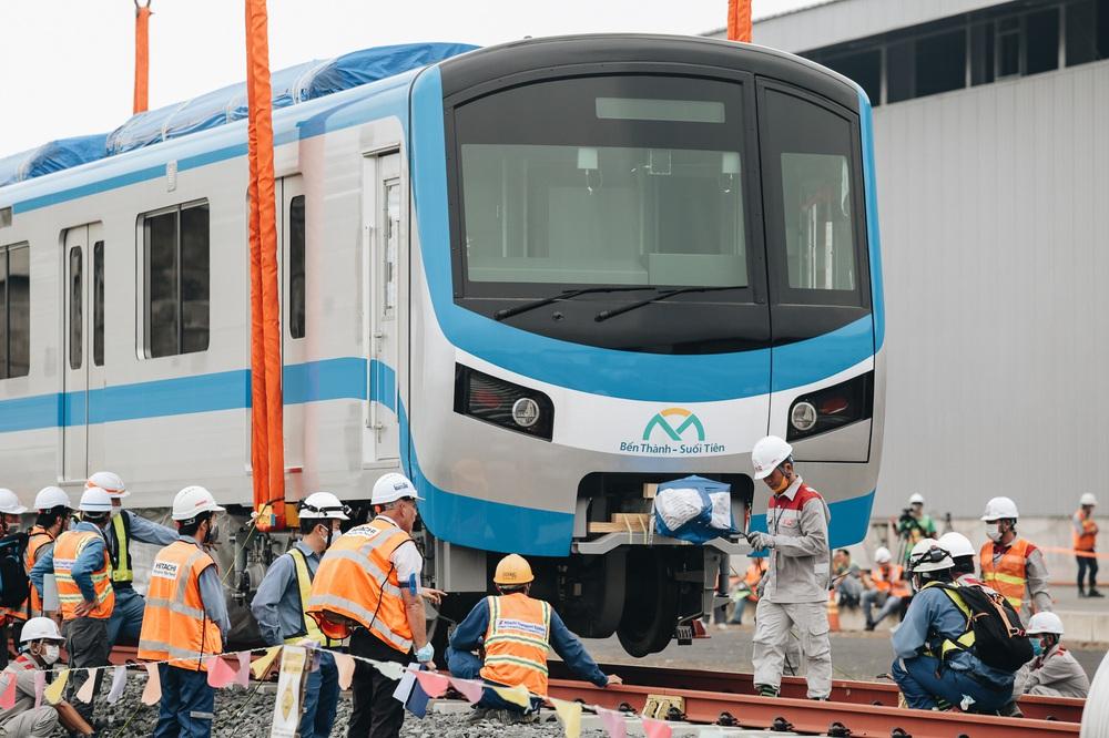 Ảnh: Cận cảnh lắp ráp tàu Metro số 1 vào đường ray tạm ở Sài Gòn - Ảnh 10.