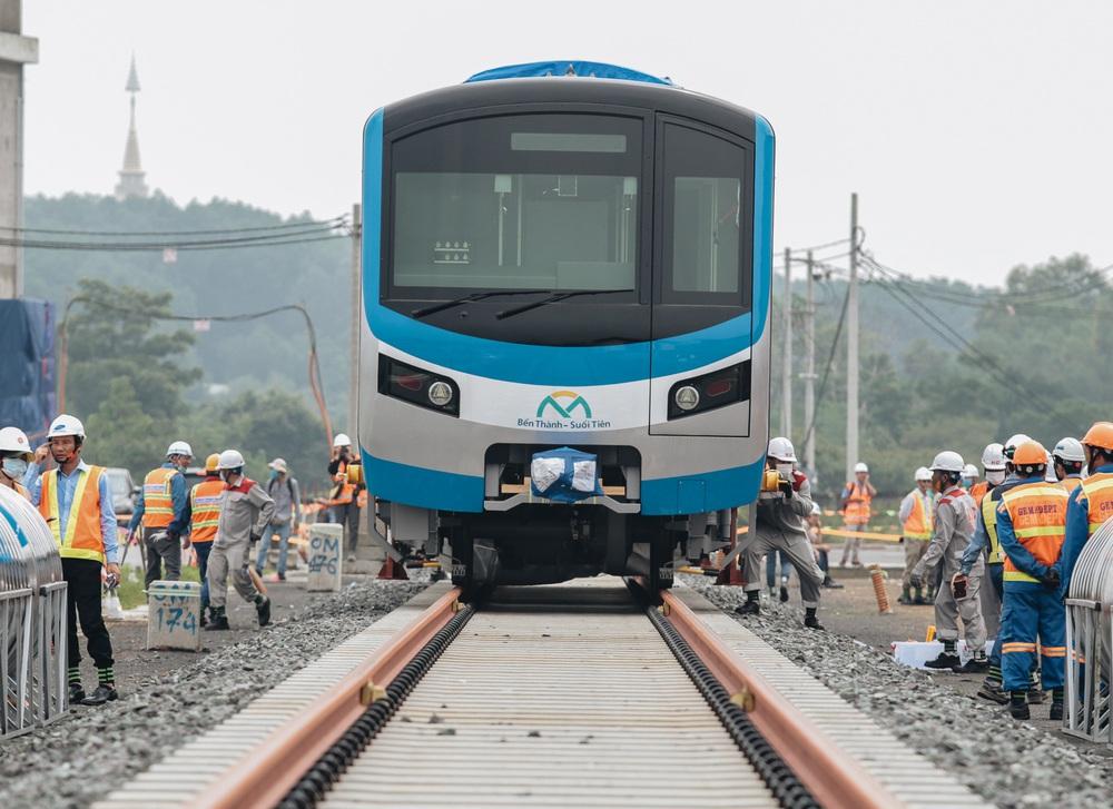 Ảnh: Cận cảnh lắp ráp tàu Metro số 1 vào đường ray tạm ở Sài Gòn - Ảnh 12.