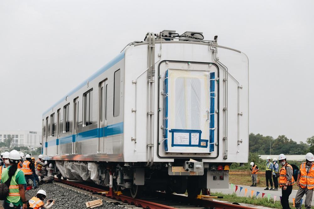 Ảnh: Cận cảnh lắp ráp tàu Metro số 1 vào đường ray tạm ở Sài Gòn - Ảnh 16.