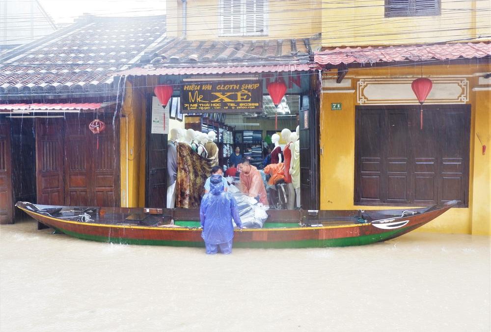 Ảnh: Người dân Hội An hối hả dọn đồ chạy lũ, du khách thích thú lội nước chụp ảnh giữa trời mưa - Ảnh 6.