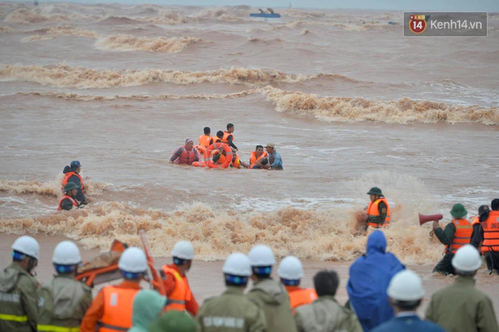 Nghẹt thở giải cứu thuyền viên kiệt sức, đeo bám trên tàu đang chìm dần tại bãi biển Cửa Việt - Ảnh 7.