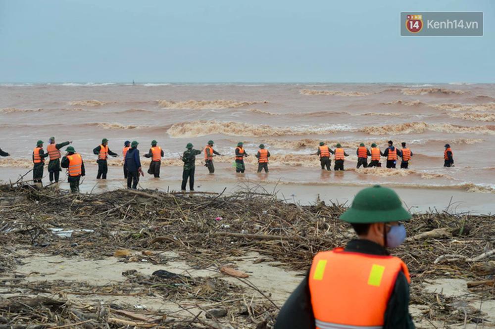 Nghẹt thở giải cứu thuyền viên kiệt sức, đeo bám trên tàu đang chìm dần tại bãi biển Cửa Việt - Ảnh 10.
