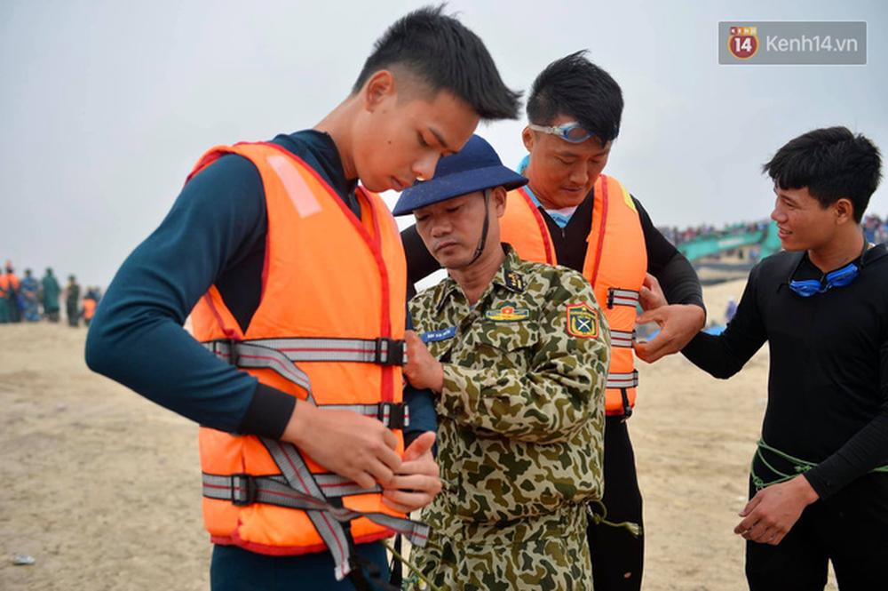 Nghẹt thở giải cứu thuyền viên kiệt sức, đeo bám trên tàu đang chìm dần tại bãi biển Cửa Việt - Ảnh 12.