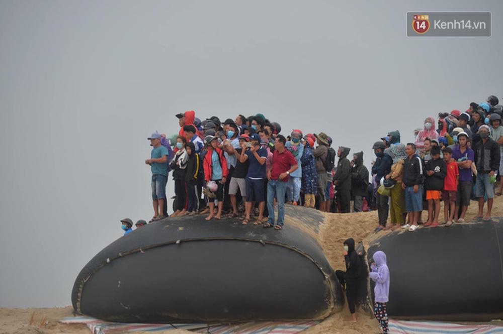 Nghẹt thở giải cứu thuyền viên kiệt sức, đeo bám trên tàu đang chìm dần tại bãi biển Cửa Việt - Ảnh 5.