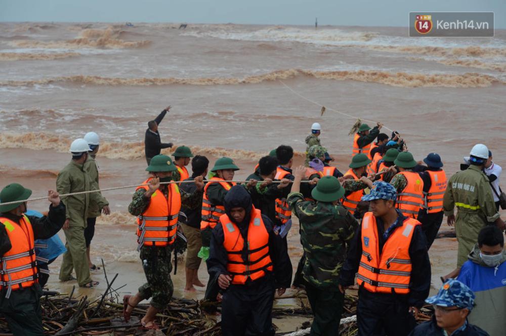 Nghẹt thở giải cứu thuyền viên kiệt sức, đeo bám trên tàu đang chìm dần tại bãi biển Cửa Việt - Ảnh 4.