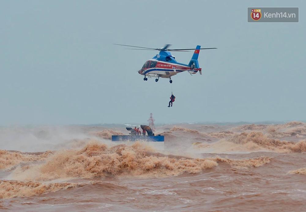 Nghẹt thở giải cứu thuyền viên kiệt sức, đeo bám trên tàu đang chìm dần tại bãi biển Cửa Việt - Ảnh 11.