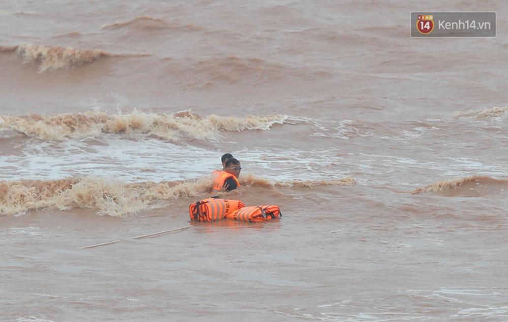 Nghẹt thở giải cứu thuyền viên kiệt sức, đeo bám trên tàu đang chìm dần tại bãi biển Cửa Việt - Ảnh 8.
