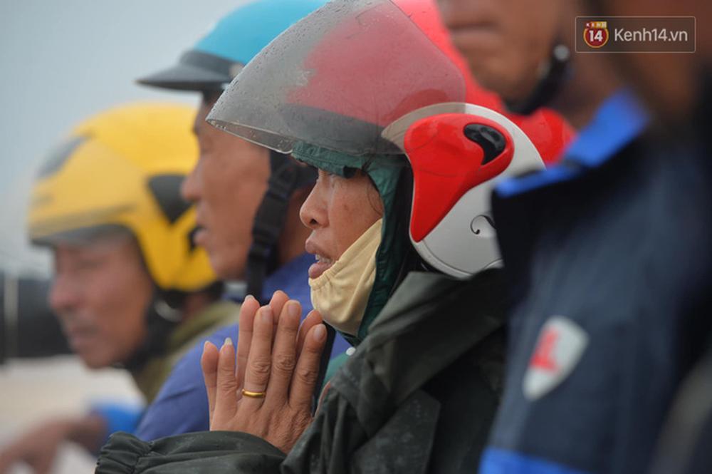 Nghẹt thở giải cứu thuyền viên kiệt sức, đeo bám trên tàu đang chìm dần tại bãi biển Cửa Việt - Ảnh 6.
