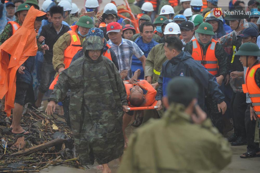 Nghẹt thở giải cứu thuyền viên kiệt sức, đeo bám trên tàu đang chìm dần tại bãi biển Cửa Việt - Ảnh 9.