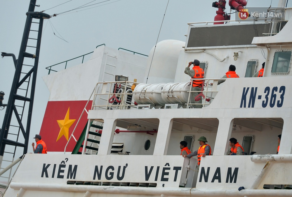 Ảnh, clip: Đưa 8 thuyền viên gặp nạn trên biển về bờ an toàn, tiếp tục rà soát một người còn lại - Ảnh 10.