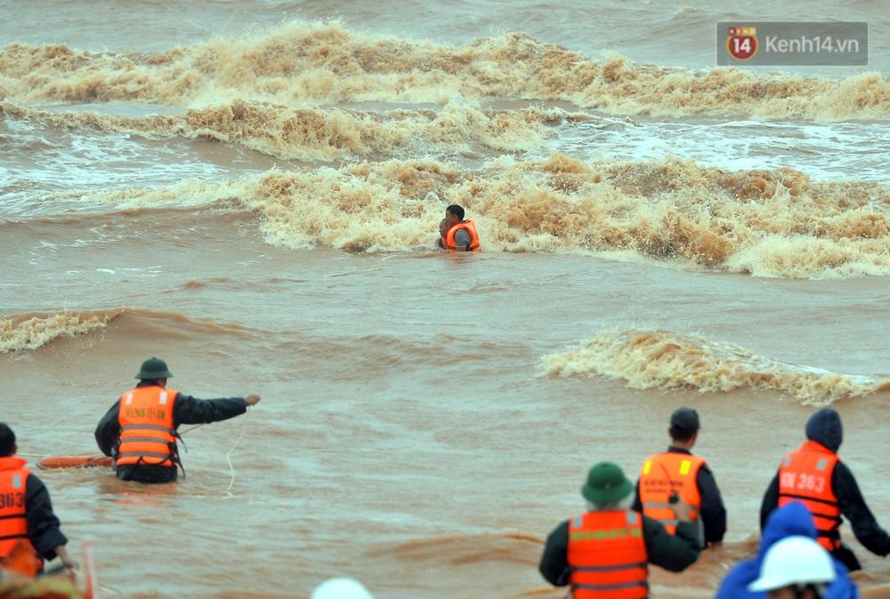 Ảnh, clip: Đưa 8 thuyền viên gặp nạn trên biển về bờ an toàn, tiếp tục rà soát một người còn lại - Ảnh 11.
