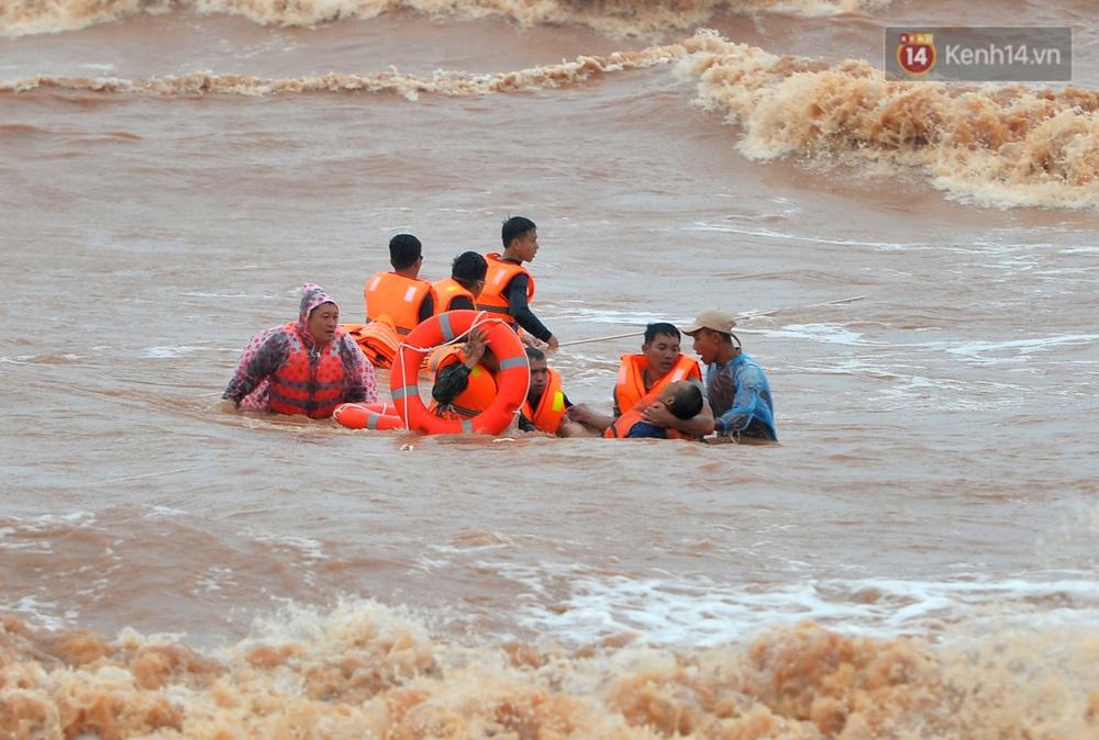 Ảnh, clip: Đưa 8 thuyền viên gặp nạn trên biển về bờ an toàn, tiếp tục rà soát một người còn lại - Ảnh 12.
