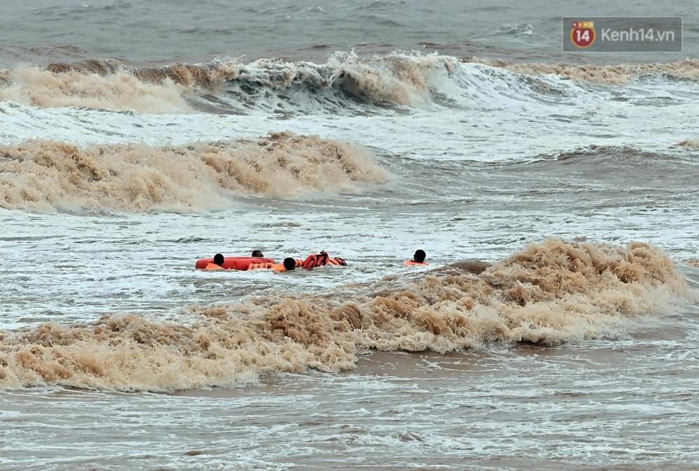 Ảnh, clip: Đưa 8 thuyền viên gặp nạn trên biển về bờ an toàn, tiếp tục rà soát một người còn lại - Ảnh 16.
