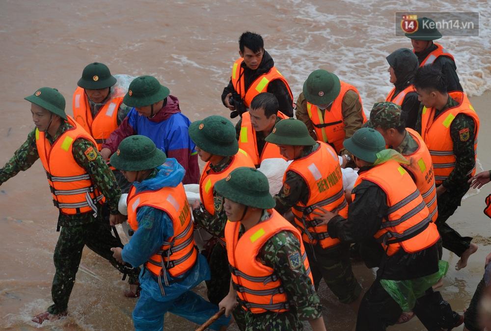 Ảnh, clip: Đưa 8 thuyền viên gặp nạn trên biển về bờ an toàn, tiếp tục rà soát một người còn lại - Ảnh 17.