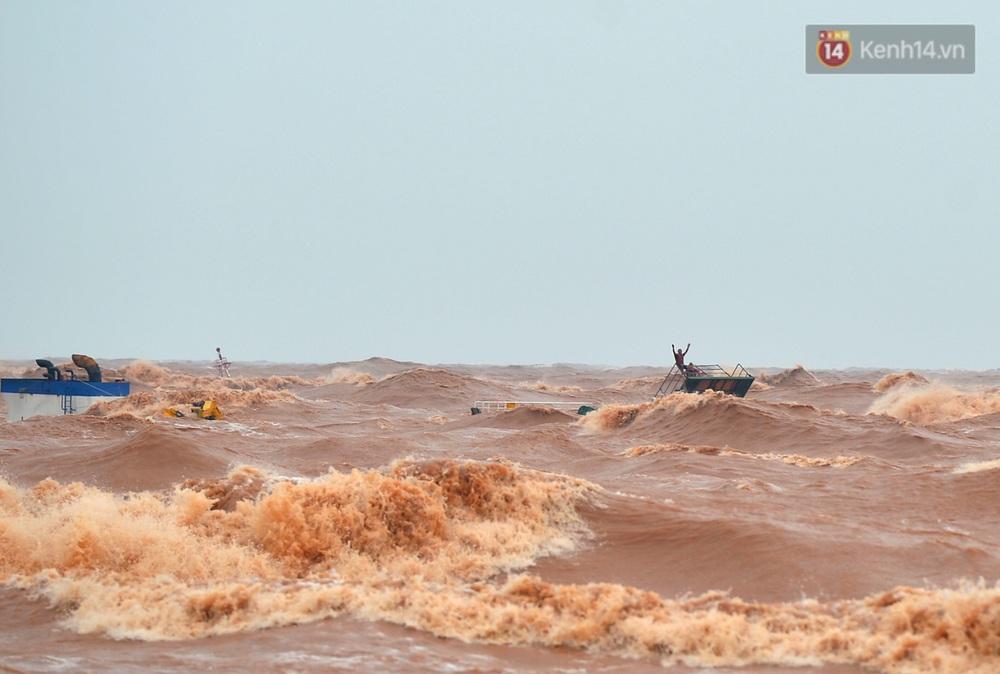 Ảnh, clip: Đưa 8 thuyền viên gặp nạn trên biển về bờ an toàn, tiếp tục rà soát một người còn lại - Ảnh 2.