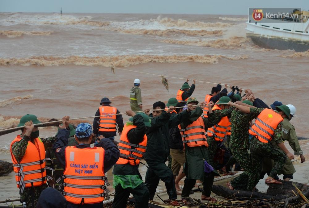 Ảnh, clip: Đưa 8 thuyền viên gặp nạn trên biển về bờ an toàn, tiếp tục rà soát một người còn lại - Ảnh 6.