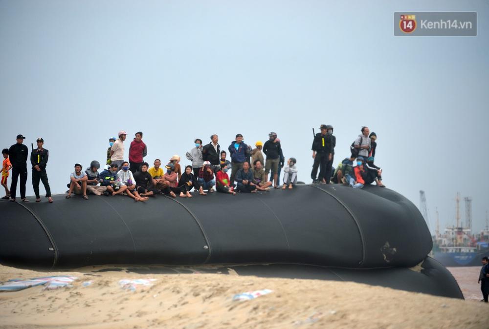 Ảnh, clip: Đưa 8 thuyền viên gặp nạn trên biển về bờ an toàn, tiếp tục rà soát một người còn lại - Ảnh 19.