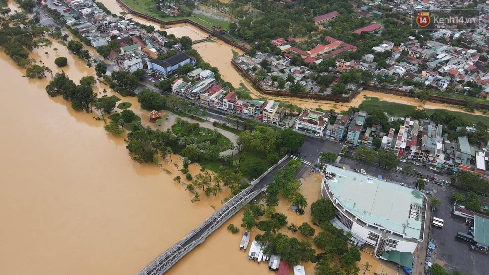 Chùm ảnh flycam: Trung tâm thành phố Huế ngập nặng do mưa lũ kéo dài, nước tiến sát mép cầu Trường Tiền - Ảnh 9.
