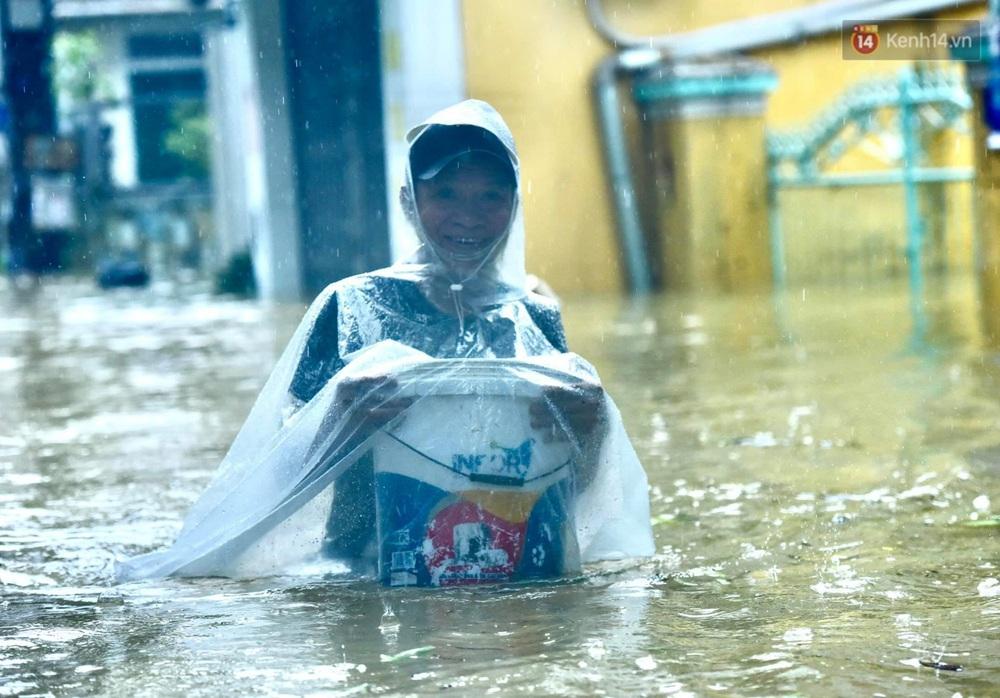 Ảnh: Huế ngập sâu trong biển nước, người dân phải chèo thuyền, lội nước đi mua thực phẩm, sạc điện thoại - Ảnh 4.