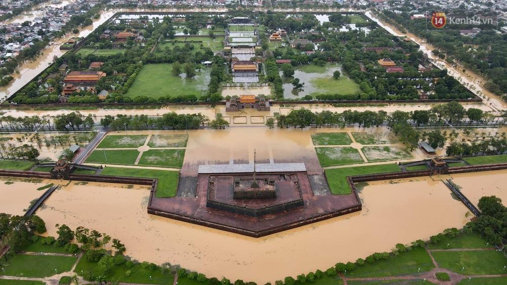 Chùm ảnh flycam: Trung tâm thành phố Huế ngập nặng do mưa lũ kéo dài, nước tiến sát mép cầu Trường Tiền - Ảnh 1.