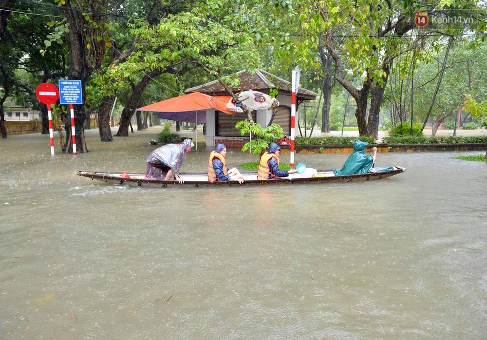 Ảnh: Huế ngập sâu trong biển nước, người dân phải chèo thuyền, lội nước đi mua thực phẩm, sạc điện thoại - Ảnh 9.