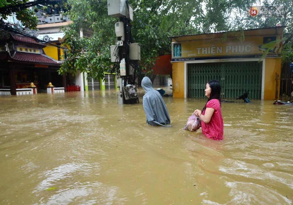 Ảnh: Huế ngập sâu trong biển nước, người dân phải chèo thuyền, lội nước đi mua thực phẩm, sạc điện thoại - Ảnh 8.