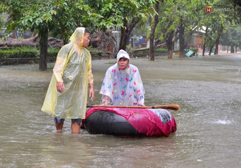 Ảnh: Huế ngập sâu trong biển nước, người dân phải chèo thuyền, lội nước đi mua thực phẩm, sạc điện thoại - Ảnh 10.