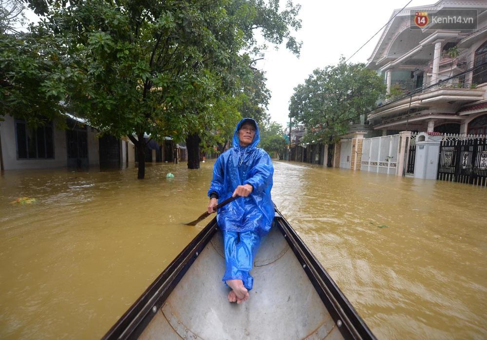 Ảnh: Huế ngập sâu trong biển nước, người dân phải chèo thuyền, lội nước đi mua thực phẩm, sạc điện thoại - Ảnh 5.