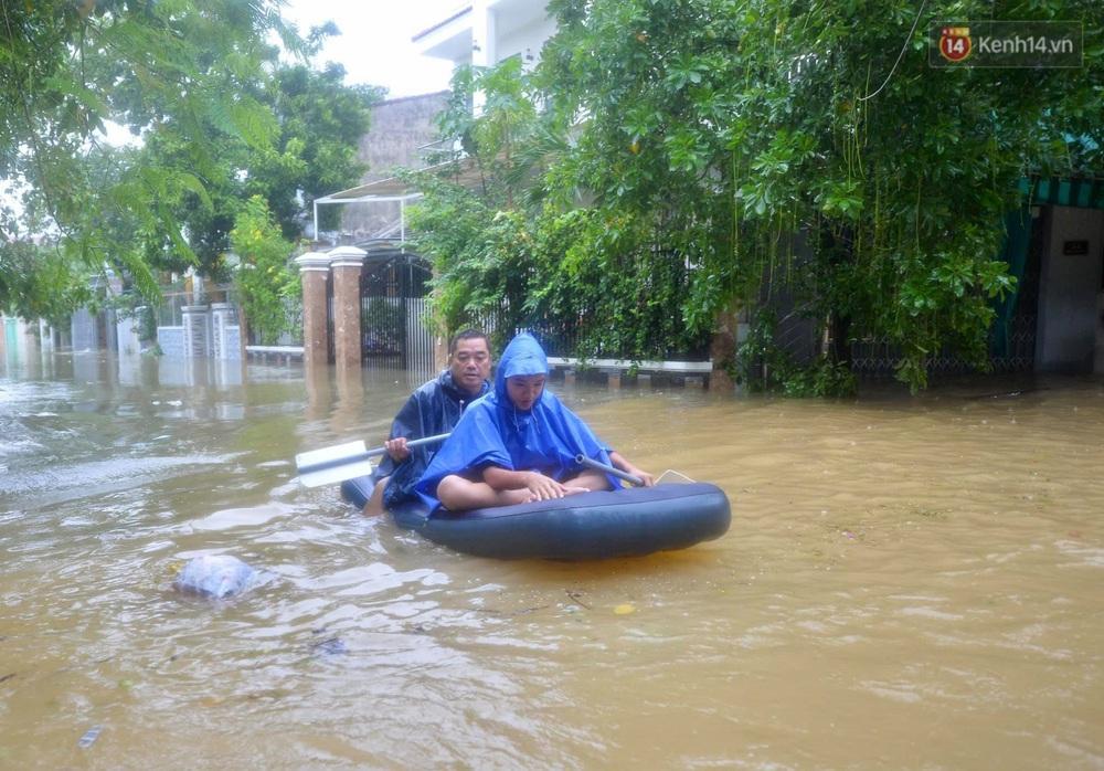 Ảnh: Huế ngập sâu trong biển nước, người dân phải chèo thuyền, lội nước đi mua thực phẩm, sạc điện thoại - Ảnh 7.