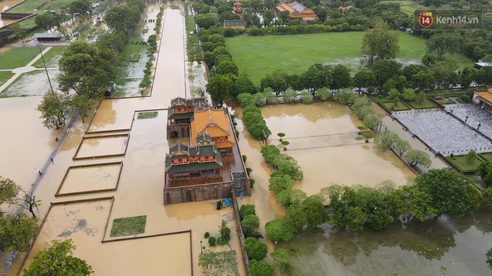 Chùm ảnh flycam: Trung tâm thành phố Huế ngập nặng do mưa lũ kéo dài, nước tiến sát mép cầu Trường Tiền - Ảnh 3.