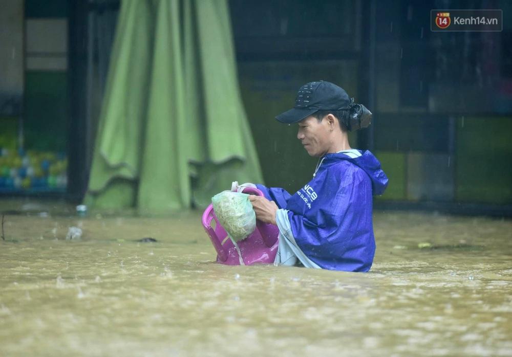 Ảnh: Huế ngập sâu trong biển nước, người dân phải chèo thuyền, lội nước đi mua thực phẩm, sạc điện thoại - Ảnh 3.