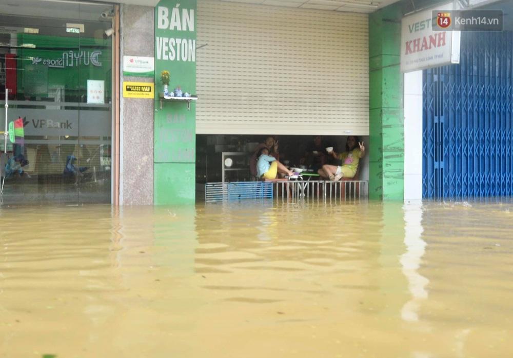 Ảnh: Huế ngập sâu trong biển nước, người dân phải chèo thuyền, lội nước đi mua thực phẩm, sạc điện thoại - Ảnh 14.